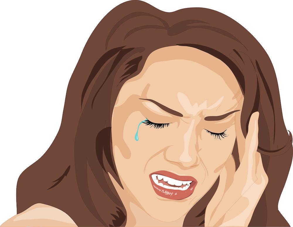 femme au bureau souffrant de maux de tête