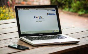 Photo d'un ordinateur avec le moteur de recherche Google